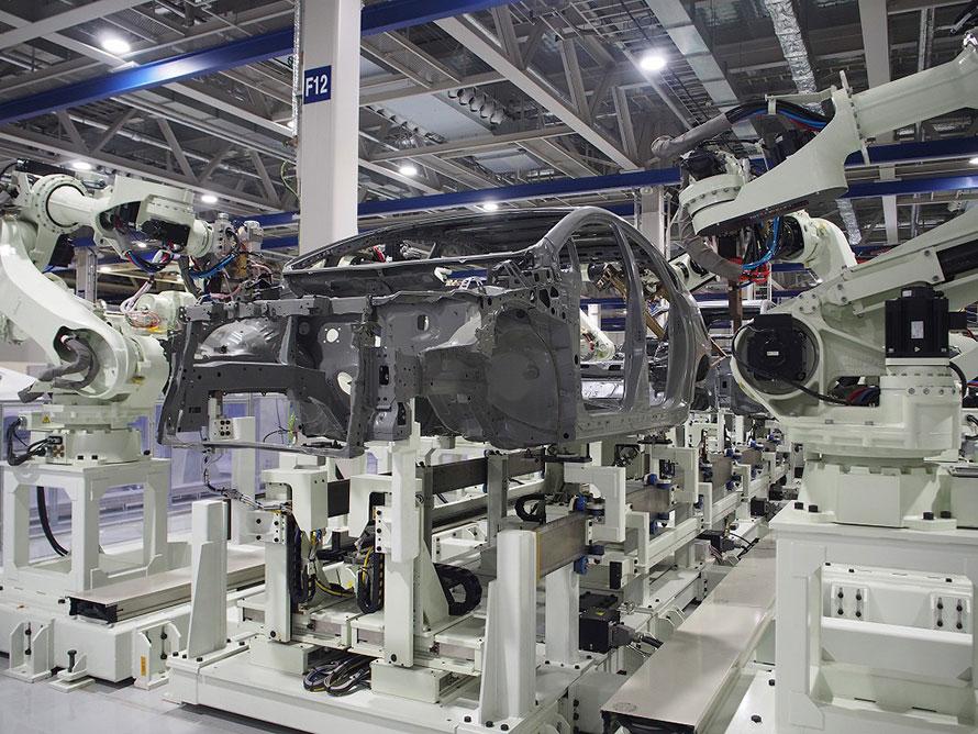 自動車工場でのスポット溶接機
