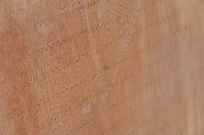 木ネジを入れる位置を決める