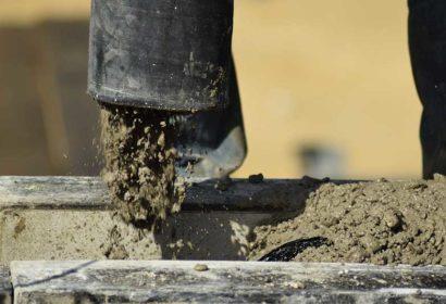 コンクリートバイブレーターの使い方と選び方、注意点について