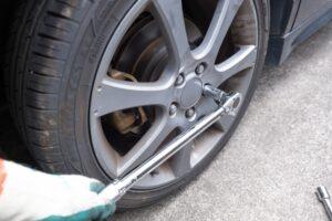 車のタイヤ交換作業