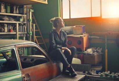 ガレージ(車庫)の収納棚を簡単DIY!自作アイデアをご紹介! アイキャッチ画像