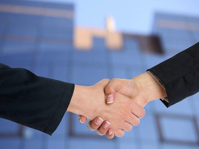 上場している信頼性の高いファクタリング業者4選!それぞれのサービスを徹底解説