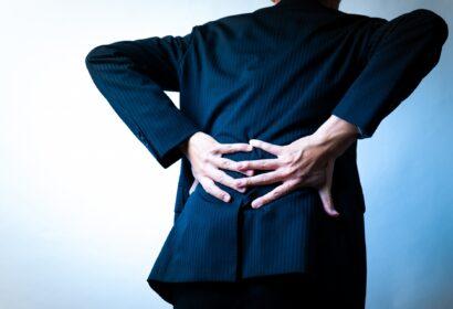 立ち仕事で腰痛になってしまう原因は?予防法や対処法をご紹介! アイキャッチ画像
