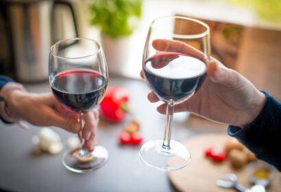 ワイングラスの正しい持ち方とは?ワインの基本マナーを徹底解説! アイキャッチ画像